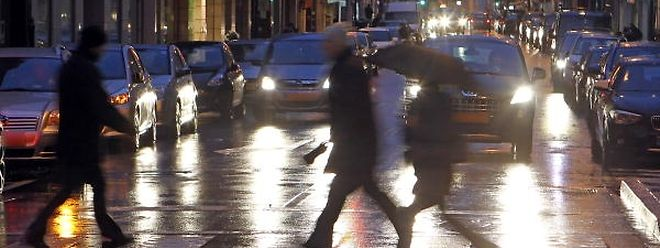Dunkle Schatten auf der Straße: Mangels den Sichtverhältnissen angepasster Kleidung sind viele Fußgänger nach Einbruch der Dunkelheit für Autofahrer nur schlecht und oft erst sehr spät zu erkennen.