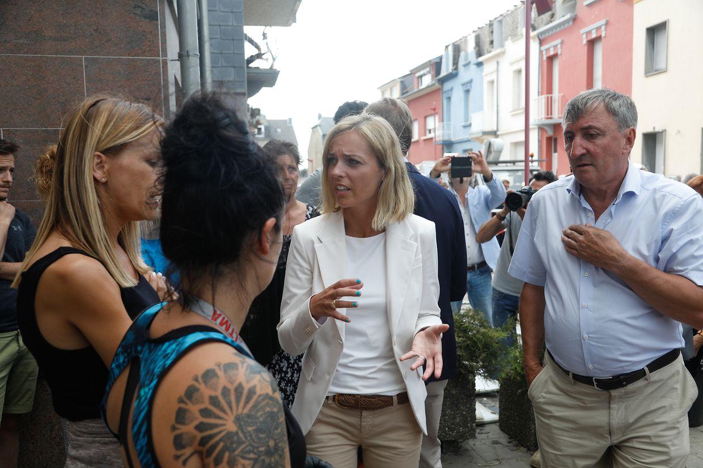 Innenministerin Taina Bofferding (Mitte) und der Schöffe von Petingen, Jean-Marie Halsdorf(links), sprachen mit betroffenen Einwohnern in der Rue Neuve.