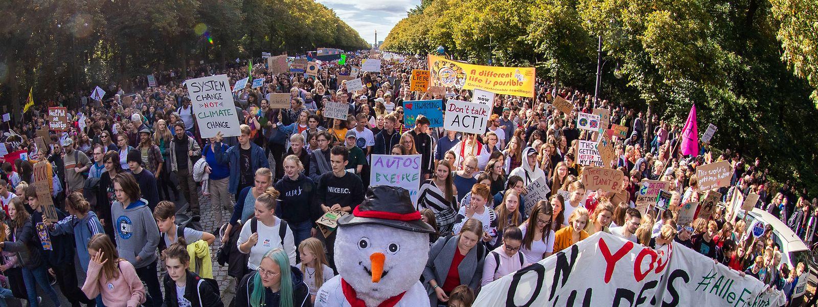 Berlin: Teilnehmer der Fridays for Future Demonstration ziehen durch das Regierungsviertel und über die Straße des 17. Juni.