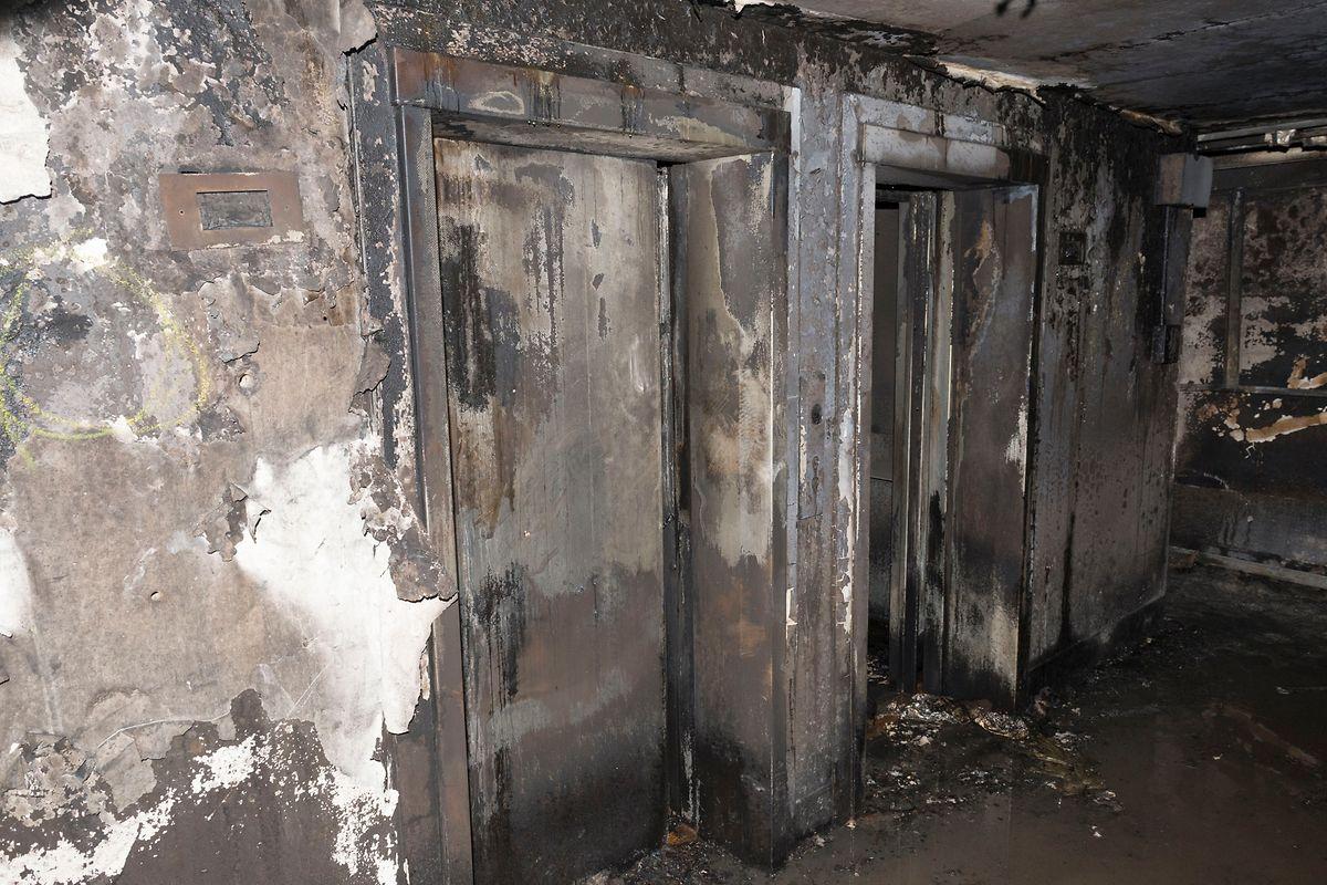 Dieses Bild zeigt die Aufzüge im Grenfell Tower.