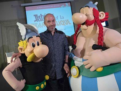 Jean-Yves Ferri pose avec Astérix et Obélix après la conférence de presse à Bologne.