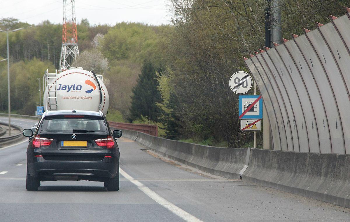 Eine solche Dreifach-Beschilderung, wie am Tunnel Cents auf der A1, ist gemäß Straßenverkehrsordnung überflüssig.