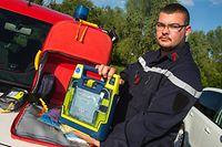 Jedes Einsatz-Duo ist mit einem Erste Hilfe Set und einem Defibrillator ausgerüstet.