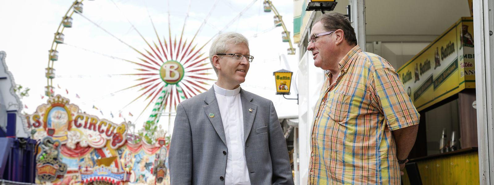 Patrick Muller (l.) macht jeden Tag einen Rundgang über die Schobermesse, grüßt die Schausteller und fragt, wie das Geschäft läuft.