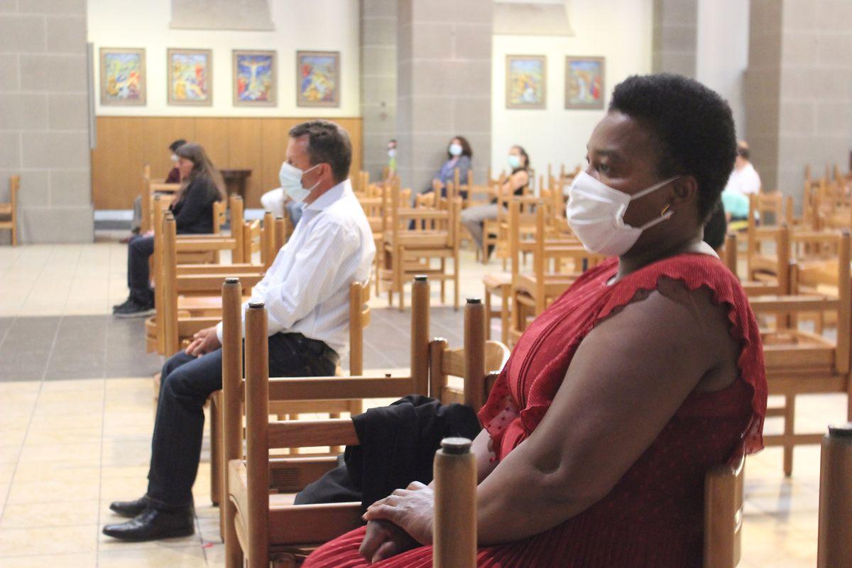 Todas as pessoas usaram máscaras durante a missa.