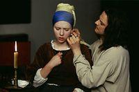 """Scarlett Johansson (l.) und Colin Firth im Film """"Das Mädchen mit dem Perlenohrring"""" aus dem Jahr 2003."""