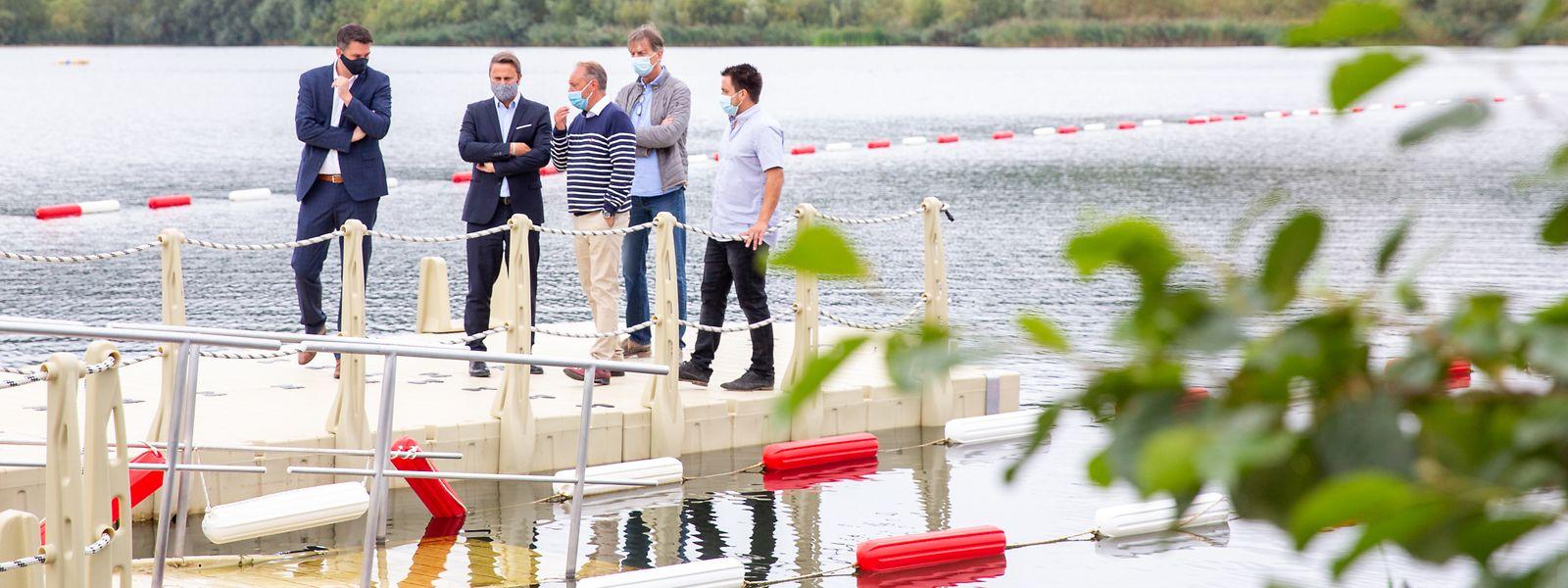 Tourismusminister Lex Delles und Premierminister Xavier Bettel besichtigen zusammen mit Vertretern der Vereinigung Erliefnis Baggerweier das Freizeitgebiet in Remerschen.