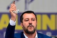 Italian Deputy Prime Minister and Interior Minister Matteo Salvini (C) delivers a speech holding a rosary during a rally of European nationalists ahead of European elections on May 18, 2019, in Milan. - The Milan rally hopes to see leaders of 12 far-right parties marching towards their conquest of Brussels after European parliamentary elections held between May 23 and 26, 2019. The headliners of Italy's League France's National Rally (RN) want their Europe of Nations and Freedom (ENF) group to become the third largest in Brussels. (Photo by Miguel MEDINA / AFP)