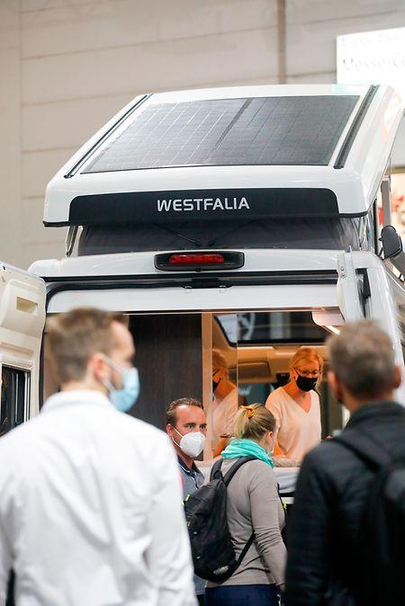 Westfalia hat mit dem Fraunhofer Institut ein Solarpanel entwickelt, das als Modul auf dem Dach installiert werden kann.