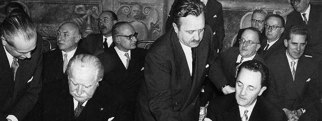 25. März 1957: StaatsministerJoseph Bech (l.) und Botschafter Lambert Schaus (r.) unterzeichnen im Namen Luxemburgs die Römischen Verträge.