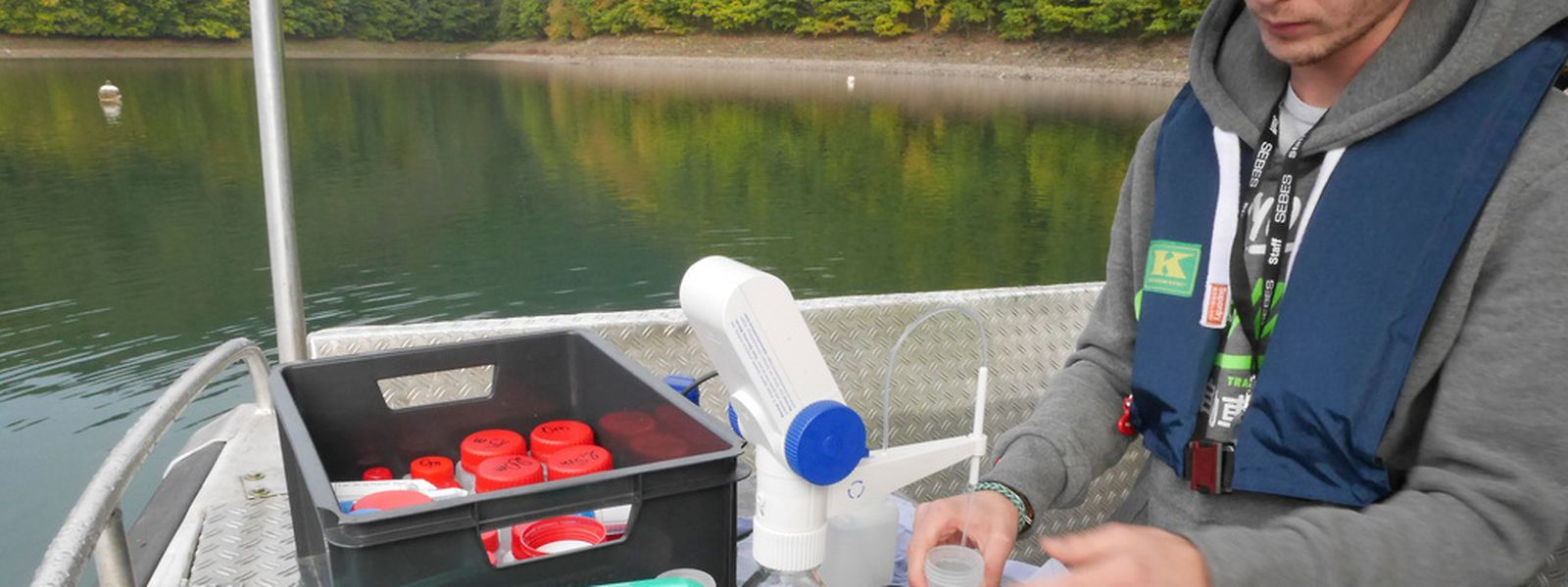 Täglich werden am See Wasserproben entnommen.