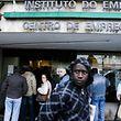 Filas de pessoas à porta do Centro de Emprego de Sintra, 8 Março 2009, em Sintra. (ACOMPANHA TEXTO) JOSÉ SENA GOULÃO/LUSA