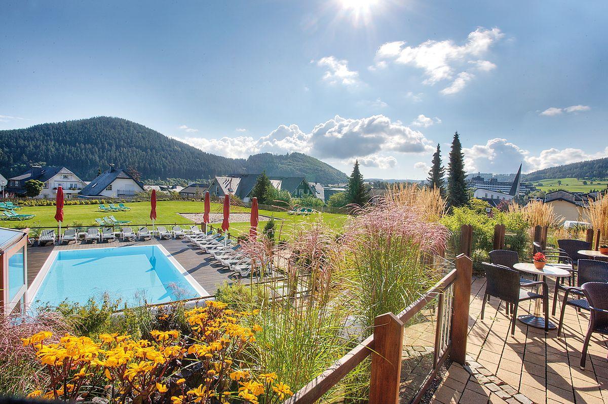 """Ausblick bei Sonnenschein von der Terrasse des """"Familotels Sonnenpark"""""""