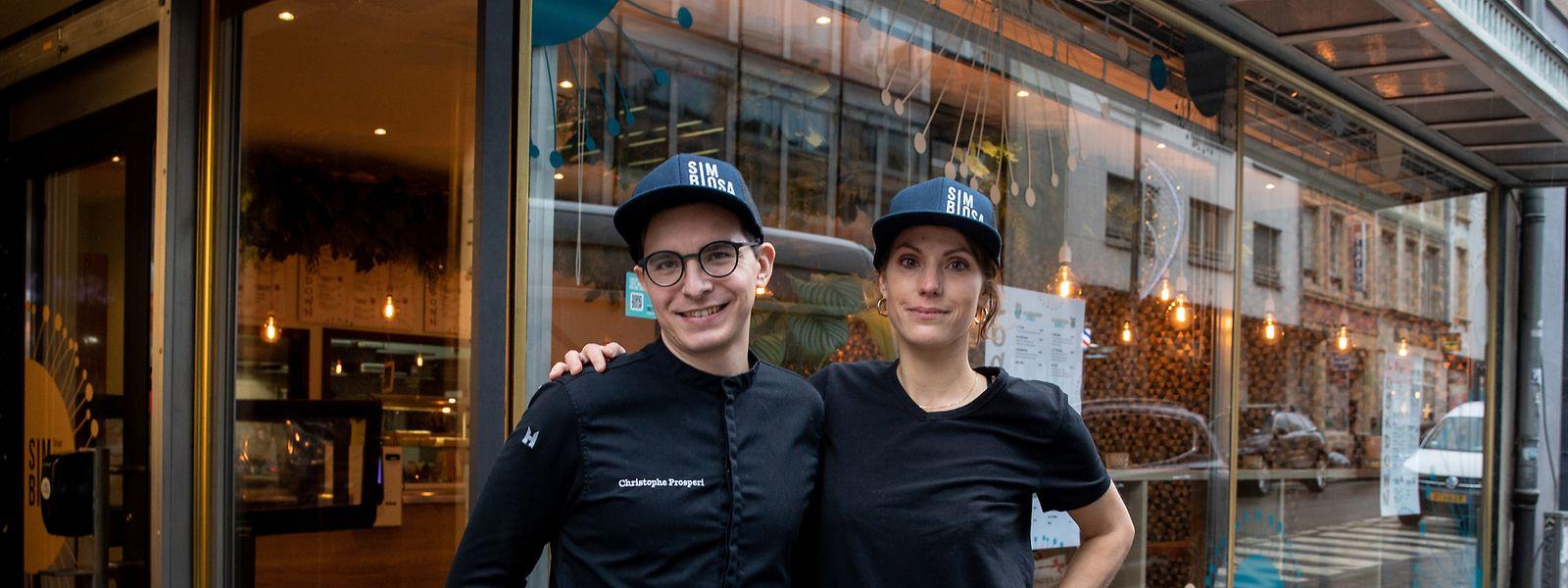 """Christophe Prosperi (l.) und Stéphanie Reuter vor dem Restaurant """"Simbiosa""""."""