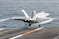 """HANDOUT - 17.06.2019, ---, --: Ein F/A-18E Super Hornet Kampflugzeug startet vomDeck des Flugzeugträgers der Nimitz-Klasse Abraham Lincoln (CVN 72). (zu """"Bericht:Trump soll Luftangriffe auf den Iran freigegeben haben"""") Foto: MCSN Dan Snow/Navy Office of Information/CENTCOM/dpa - ACHTUNG: Nur zur redaktionellen Verwendung und nur mit vollständiger Nennung des vorstehenden Credits +++ dpa-Bildfunk +++"""