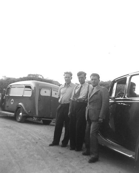 A ambulância de l'ARBED-Dudelange em que viajou o ministro Pierre Krier. Ao centro, o policia Jean Peiffer motorista do ministro