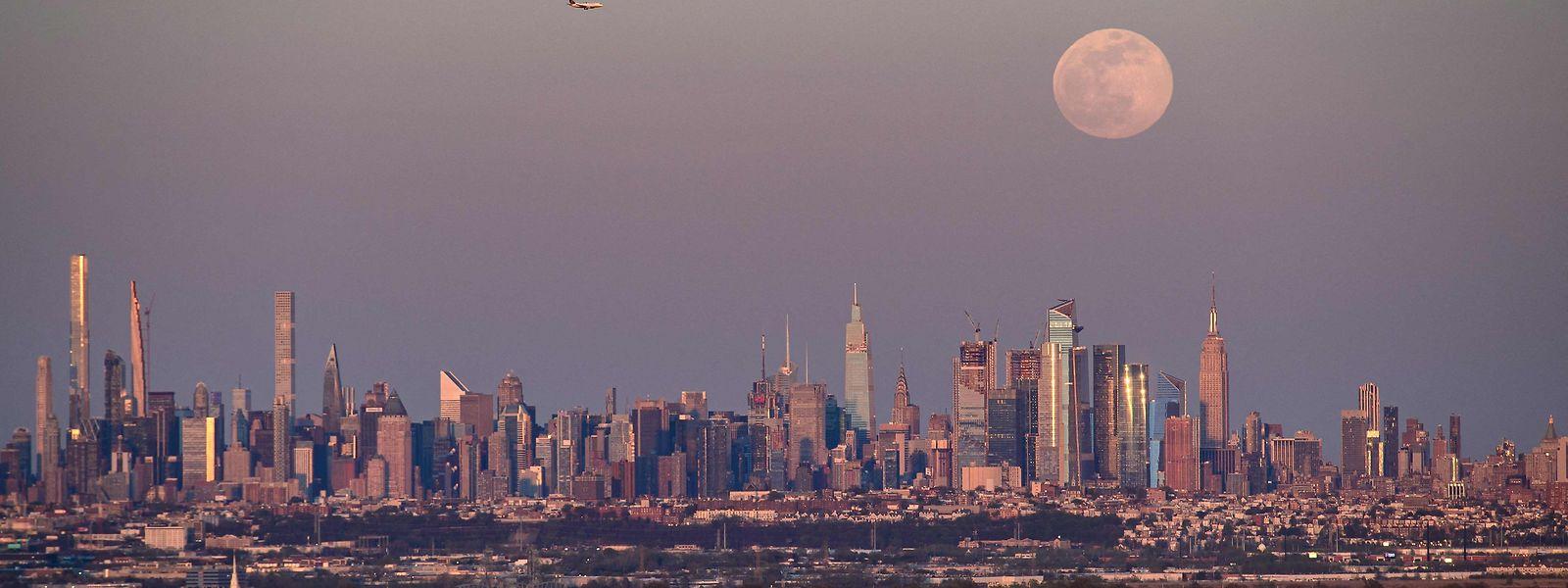 A 'superlua' de abril em Manhattan, Nova Iorque.