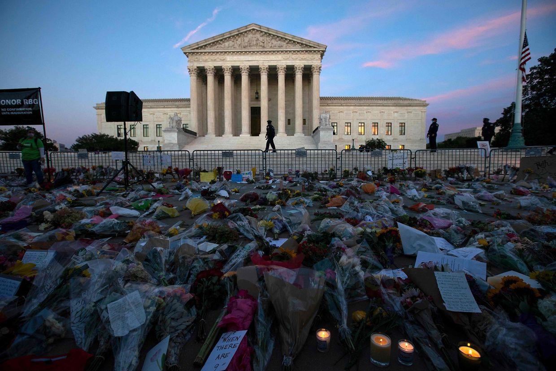 Ein Meer aus Blumen liegt vor dem Gebäude des US-Supreme Courtin Washington.