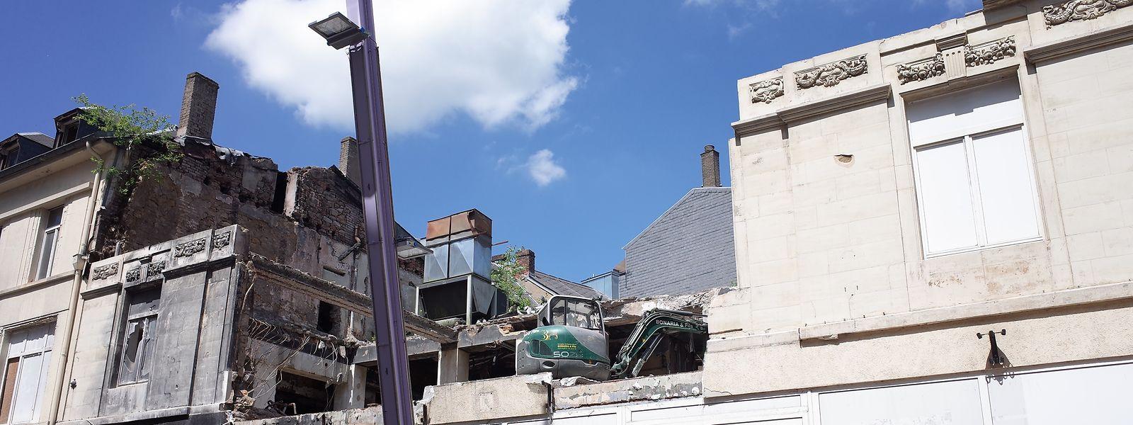 Mittlerweile thront in der Bauruine des Scholesch Eck ein Bagger. Es fehlt bereits ein Teil der Fassade des früheren Postgebäudes.