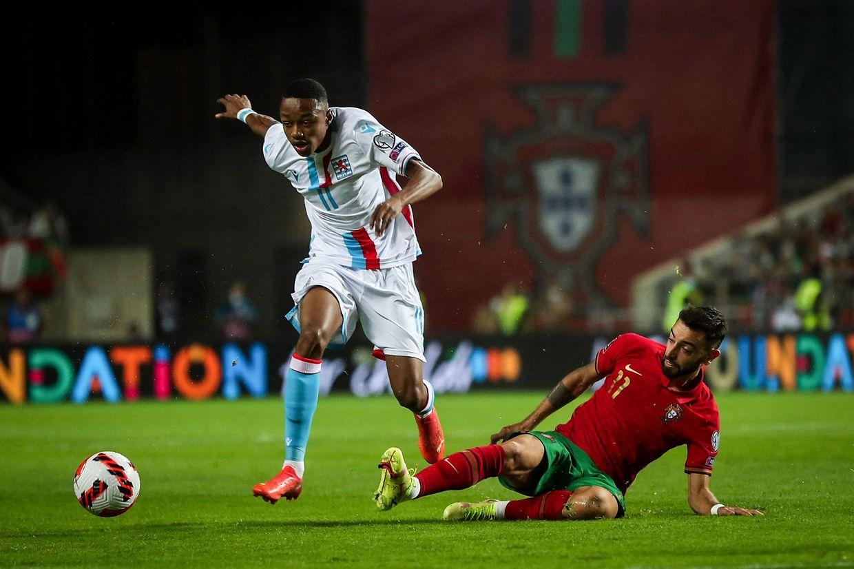 Yvandro Borges Sanches tente ici une percée. Mais rien à faire face au milieu de terrain portugais Bruno Fernandes.