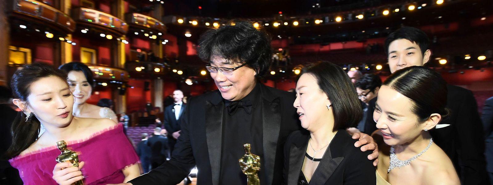 """Freude über die Anerkennung: Schauspieler aus dem Film """"Parasite"""" und Filmregisseur Bong Jon-ho."""