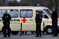 Ein Minivan des Deutschen Roten Kreuzes (DRK) mit deutschen Staatsangehörigen, die aus Wuhan nach Europa zurückgekehrt sind.
