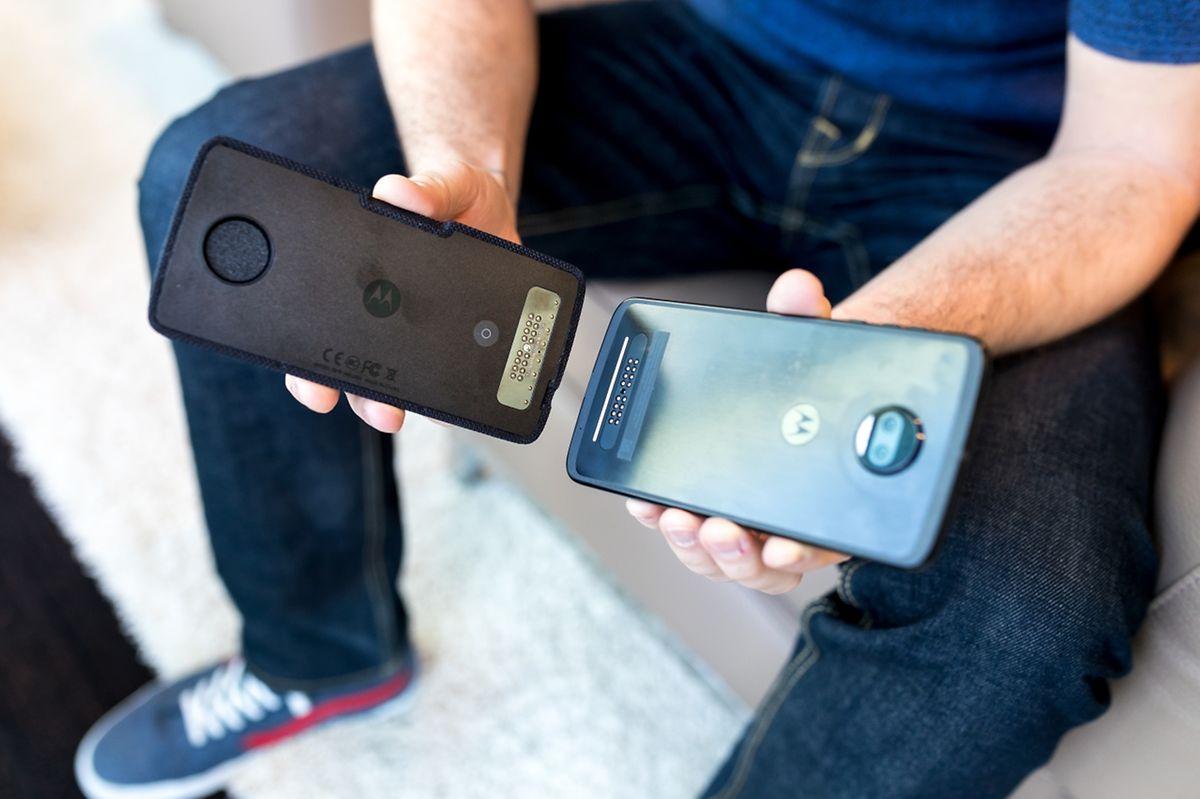 Bei Motorolas Moto Mods werden die Erweiterungen einfach magnetisch hinten ans Smartphone angedockt.
