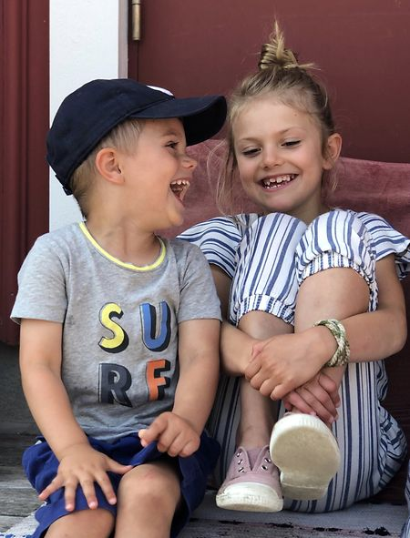 Os filhos da princesa herdeira, Estelle e Oscar os únicos que mantém o título de Alteza Real.