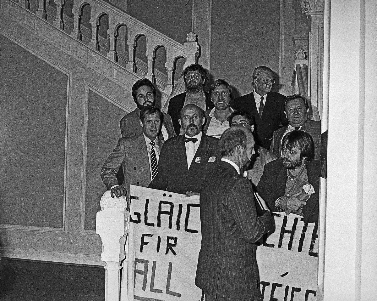 Le 10 octobre 1989, Robert Mehlen, Gast Gibéryen, Josy Simon, Jean-Pierre Koepp, Jup Weber et Nic Clesen, Jean Huss et François Bausch ainsi que René Urbany ont exigé l'égalité des droits pour tous les parlementaires.