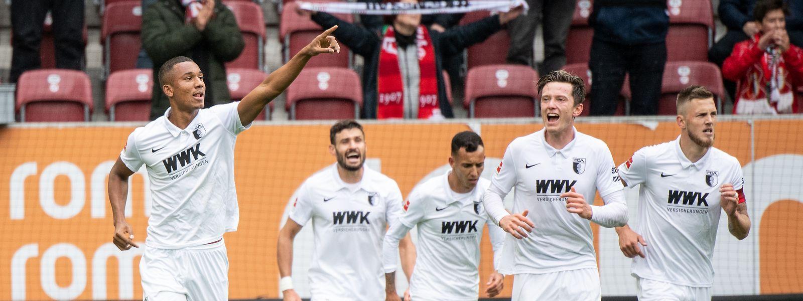 Der FC Augsburg feiert den Heimsieg gegen Dortmund.