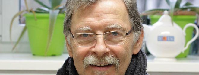 """Charles Marx setzt Teemischungen aus regionalen Pflanzen für den """"Téi vum Séi"""" an."""