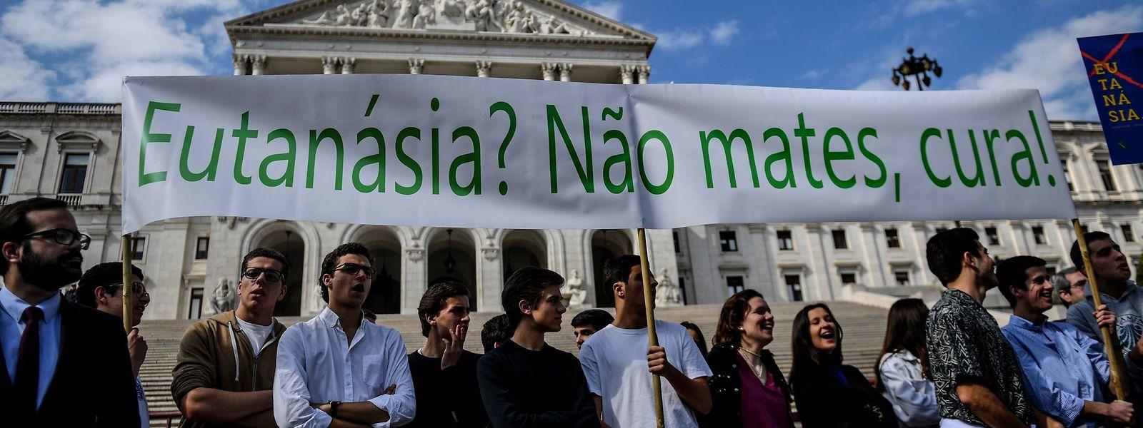 Des centaines de personnes ont manifesté jeudi devant le parlement à Lisbonne à l'appel de plusieurs organisations opposées à l'euthanasie.