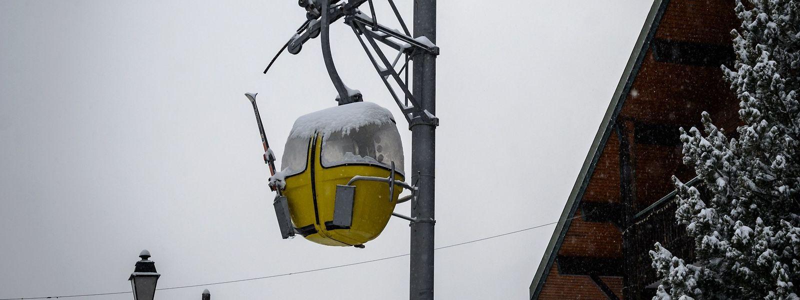 In Frankreich stehen sämtliche Lifte still. Nur ein paar Kilometer weiter, hinter der Schweizer Grenze, ist die Wintersport-Saison lanciert - wenn auch mit Einschränkungen.