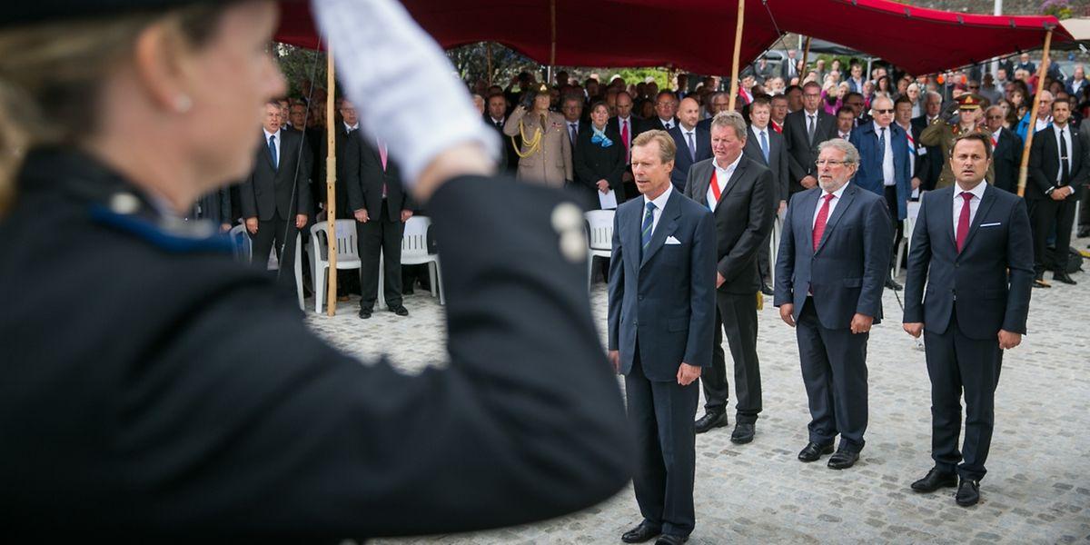 Gemeinsam mit den Spitzen von Regierung und Parlament legte Großherzog Henri Blumen am nationalen Streikdenkmal nieder.