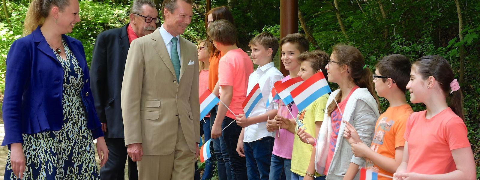 Die Schulkinder der Grundschule Berdorf begrüßen Großherzog Henri.