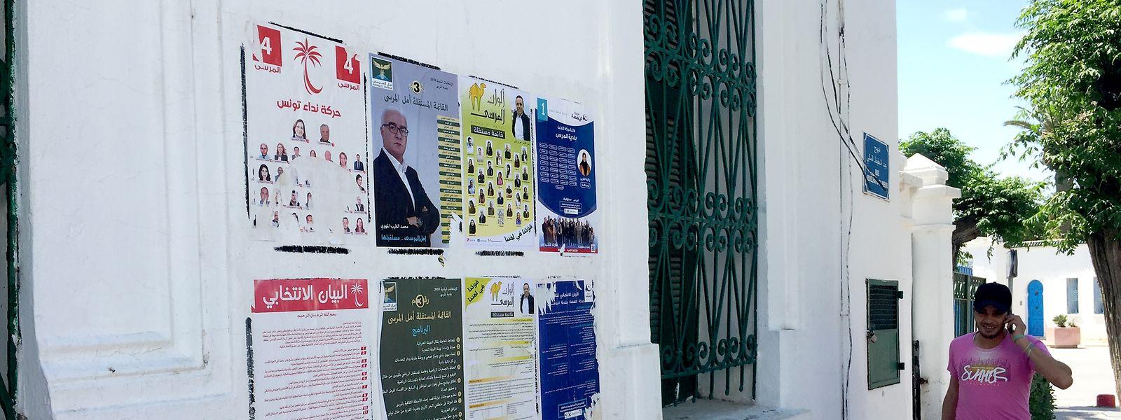 Wahlplakate für die Kommunalwahlen hängen im Vorort La Marsa der tunesischen Hauptstadt Tunis.