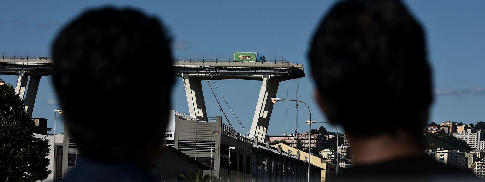 Le viaduc autoroutier, ou pont Morandi, qui s'est partiellement effondré le mardi 14 août.