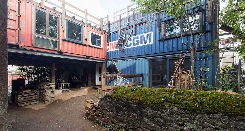 In diesem Container-Block sind die Upcycling-Werkstätte des Ökodorfs untergebracht.