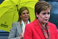 Die Vorsitzende der Schottischen Nationalpartei (SNP), Regierungschefin Nicola Sturgeon, hat ihre Partei zum Wahlsieger erklärt.