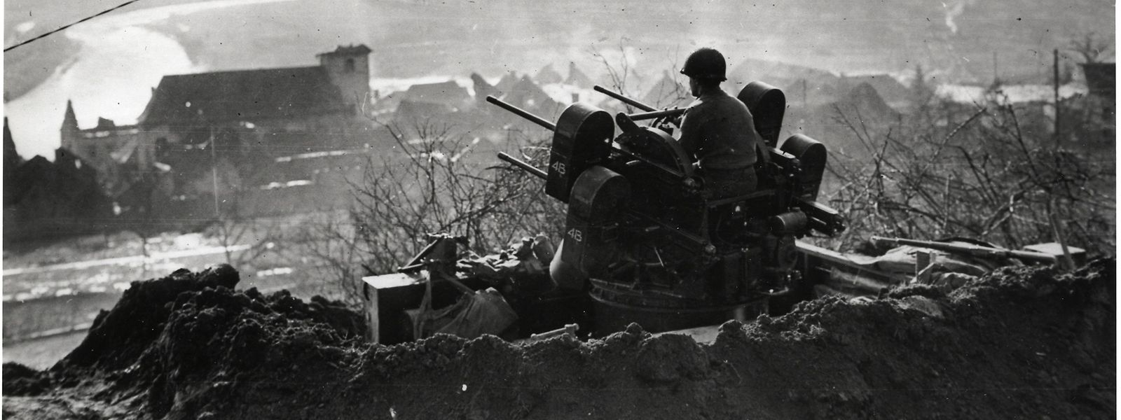Im September 1944 gelingt es US-Truppen kurze Zeit, auch deutsches Territorium zu erobern. Das Bild zeigt ein Flakgeschütz hinter der deutschen Grenze bei Wallendorf  - auf der gegenüberliegenden Seite der Sauer (nicht im Bild) liegt das luxemburgische Wallendorferbrück.
