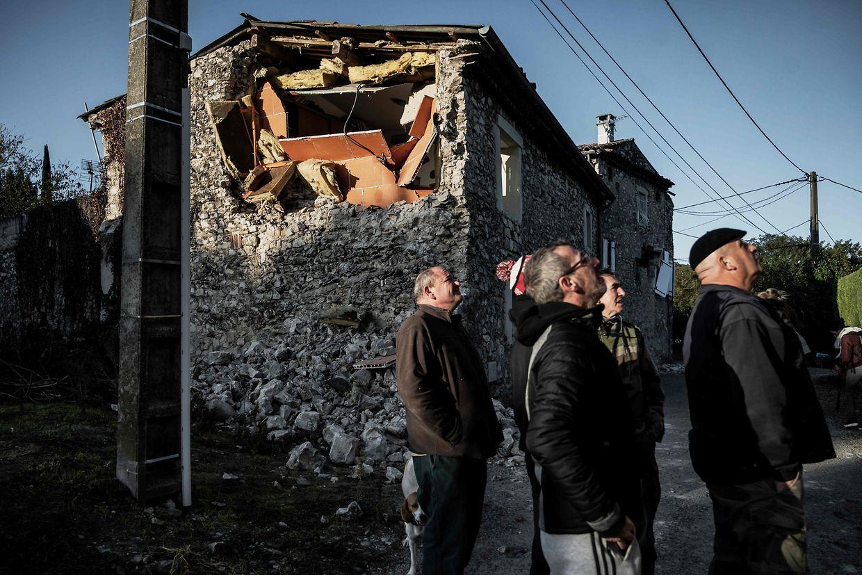 Bewohner von Le Teil d'Ardèche begutachten die Schäden an den Steinhäusern. In der Gemeinde in Südfrankreich war es am Montag zu einem Beben der Stärke 5,4 gekommen.