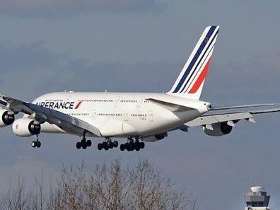 Le site flightradar24.com montre qu'un Boeing d'Air France parti de l'aéroport d'Orly a effectué plusieurs tours au-dessus de la forêt située au sud de Paris avant de gagner Roissy.