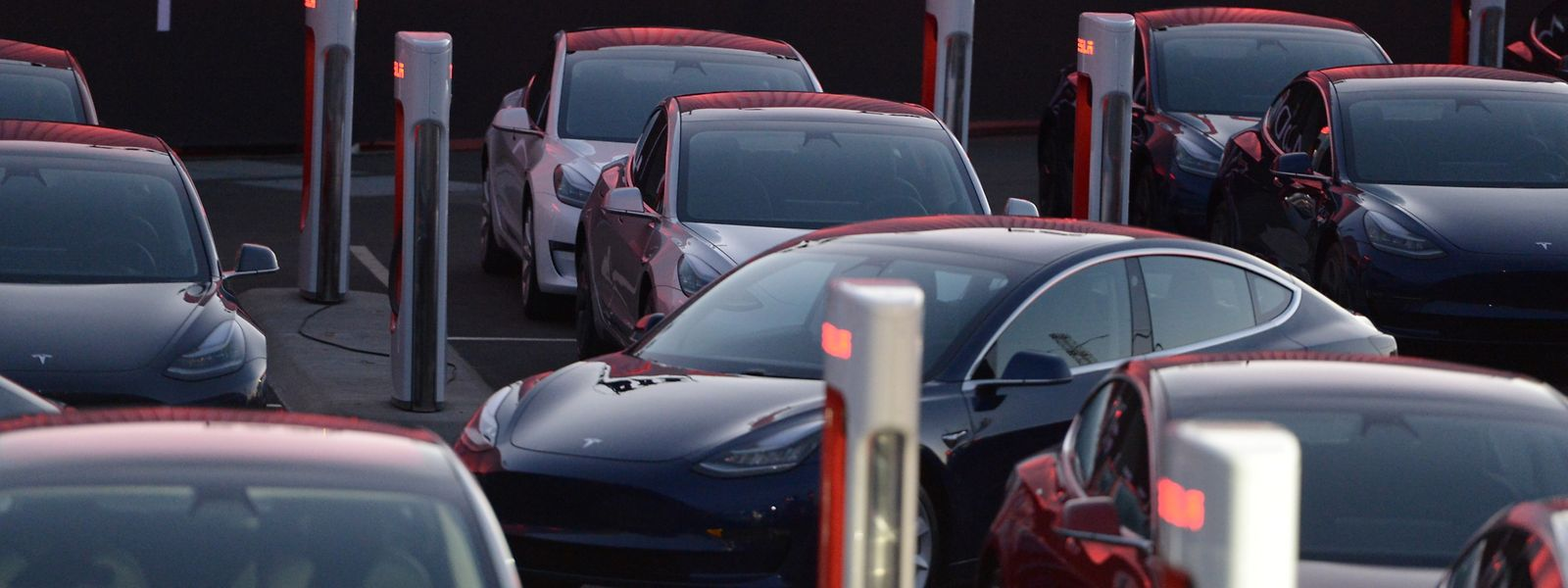 Wagen des ersten günstigeren Tesla-Fahrzeugs, dem Model 3, stehen auf dem Fabrikgelände zur Übergabe an ihre Besitzer bereit.