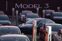 ARCHIV - 28.07.2017, USA, Kalifornien, Fremont: Wagen des ersten günstigeren Tesla-Fahrzeugs, dem Model 3, stehen auf dem Fabrikgelände zur Übergabe an ihre Besitzer bereit. (zu dpa «Bericht: Rheinland-Pfalz oder Saarland Kandidaten für Tesla-Werk» vom 31.07.2018) Foto: Andrej Sokolow/dpa +++ dpa-Bildfunk +++