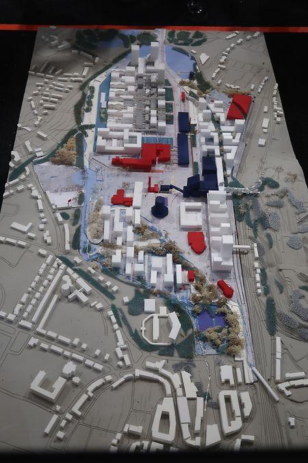 """Etwa in der Mitte des Areals ist der """"Alzettestrand"""" vorgesehen. Rot eingezeichnet sind hier öffentliche Gebäude und blau historische Industriegebäude die erhalten werden sollen."""