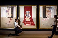 """ARCHIV - 02.03.2020, USA, ---: Die drei Bilder des «Triptych inspired by the Oresteia of Aeschylus» werden von Mitarbeitern des Auktionshauses Sotheby's an der Wand ausgerichtet. Das Triptychon des britisch-irischen Künstlers Francis Bacon (1909-1992) sollte Sotheby's mehr als 60 Millionen Dollar einbringen. Doch nun ist wegen der Corona-Krise alles anders - und alles ungewiss.  (zu dpa """"Moment der Wahrheit»: New Yorker Kunst-Auktionen in der Corona-Krise"""") Foto: Sotheby's/dpa - ACHTUNG: Nur zur redaktionellen Verwendung im Zusammenhang mit einer Berichterstattung über die Auktion und nur mit vollständiger Nennung des vorstehenden Credits +++ dpa-Bildfunk +++"""