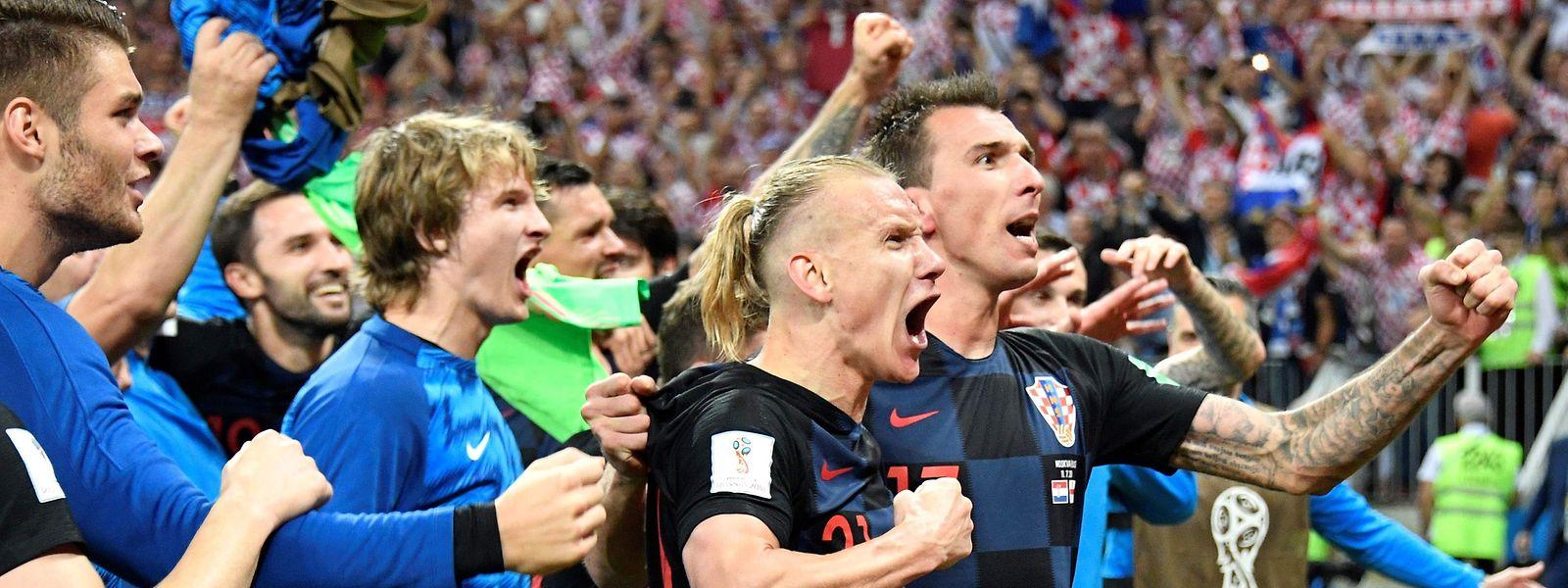 Os jogadores croatas festejam a vitória frente à Inglaterra.