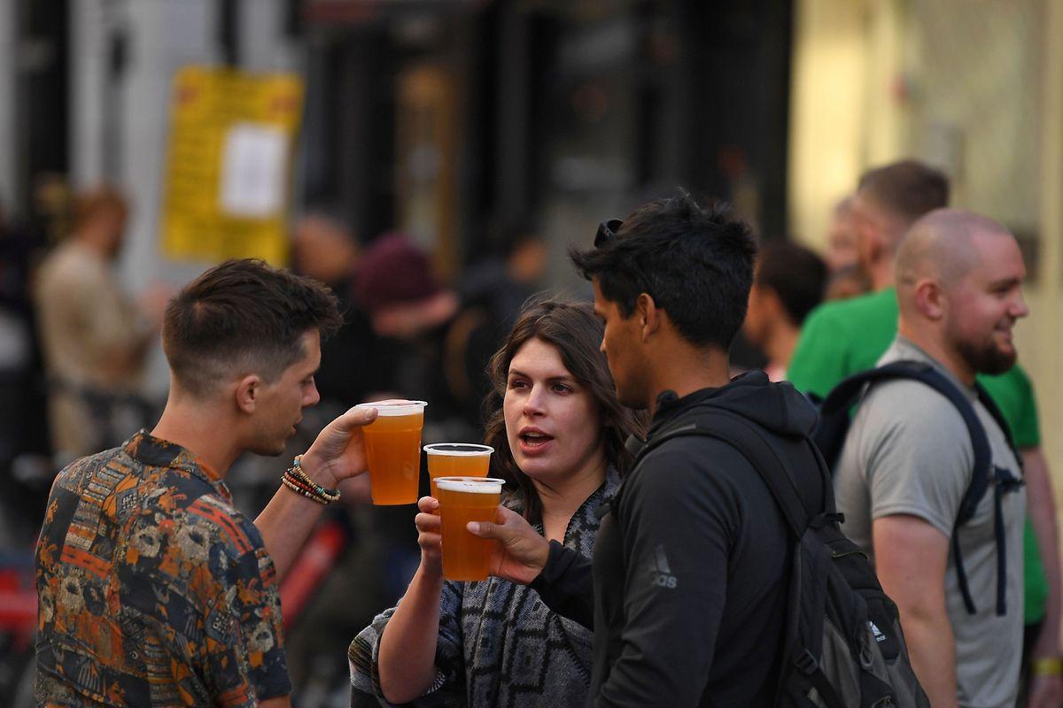 Au Royaume-Uni, la réouverture des pubs a donné lieu à de grands rassemblements.