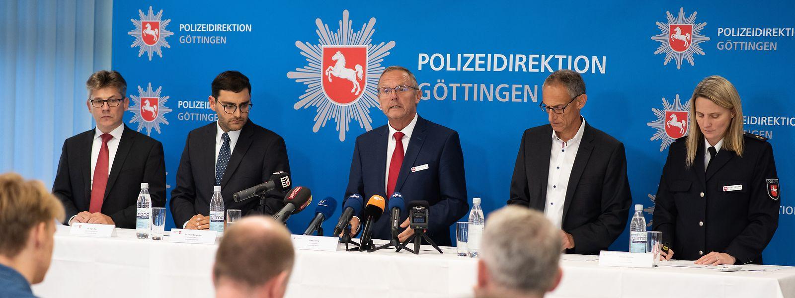 Unter der Führung und Koordination der Polizeidirektion Göttingen wurden am Vormittag umfangreiche Polizeimaßnahmen in neun Bundesländern sowie in Litauen und Kroatien durchgeführt. Hintergrund ist ein Cybercrime-Ermittlungsverfahren wegen Straftaten im Bereich des Kriegswaffenkontrollgesetzes, des Waffengesetzes, des Sprengstoffgesetzes und des Betäubungsmittelgesetzes.