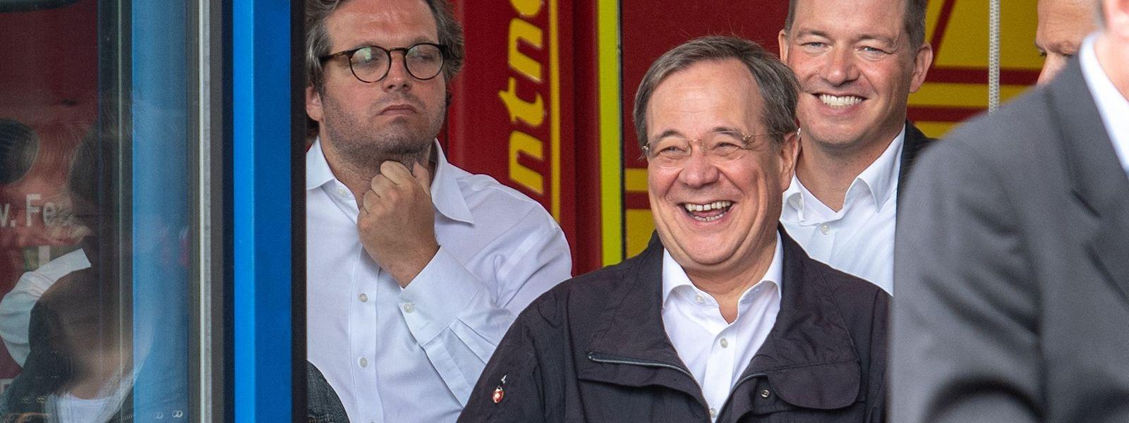 CDU-Kanzlerkandidat Armin Laschet lacht während einer Rede von Bundespräsident Steinmeier im schwer getroffenen Erftstadt.